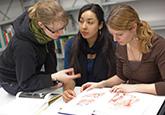 Studierende in der Bibliothek - BSc Gesundheitsförderung und Prävention