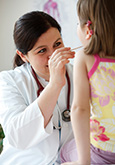 Schulärztin untersucht Kind - CAS Schularzt