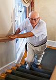 Alter Mann beim Treppensteigen