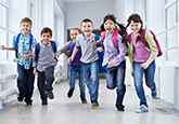 Kinder im Schulhausgang